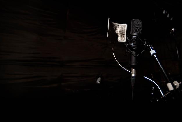 Close up microfone condensador de estúdio com filtro pop