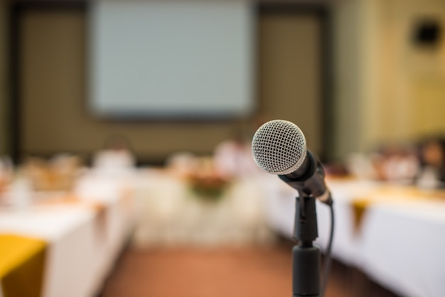 Close-up microfone na sala de conferências