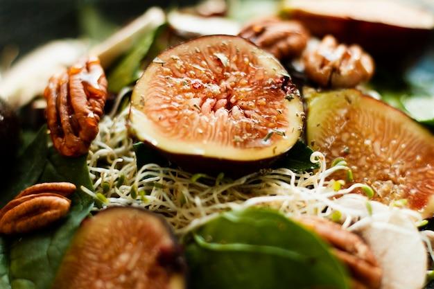 Close-up mistura de figos e nozes no prato