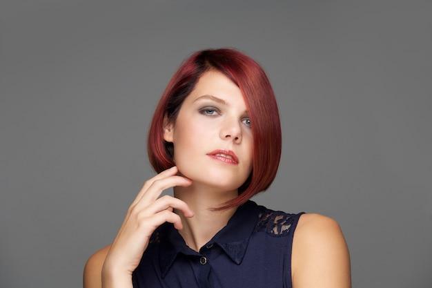 Close-up modelo de moda feminina com penteado moderno