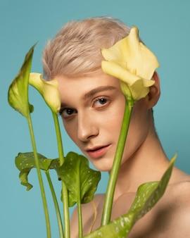Close-up modelo posando com flores