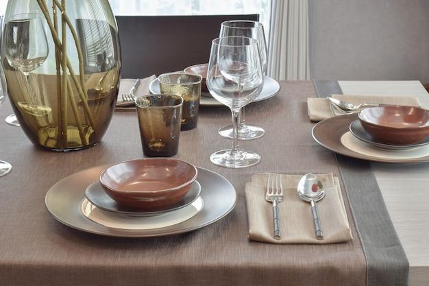 Close-up moderno conjunto de jantar clássico o mesa de jantar de madeira