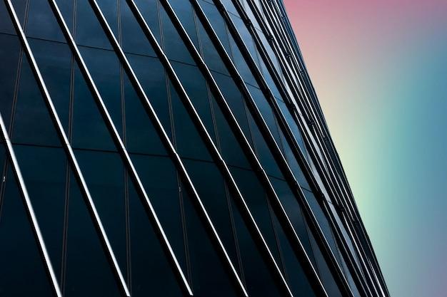 Close-up moderno edifício cheio de janelas