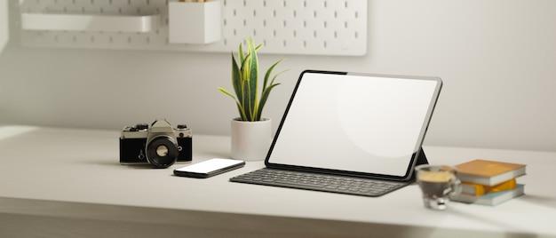 Close-up moderno estação de trabalho em casa tablet portátil e câmera de filme de maquete de tela em branco do telefone