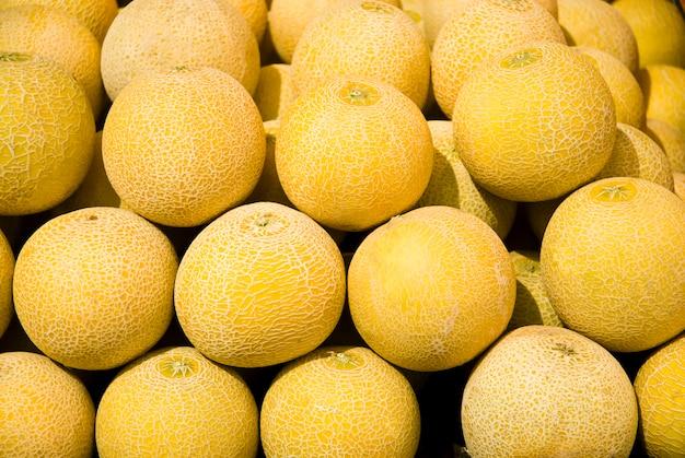 Close-up muitos melões. verão bandeja mercado agricultura fazenda cheia de frutas orgânicas. alimentação saudável.