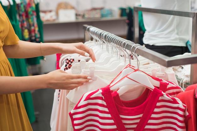 Close-up mulher à procura de roupas
