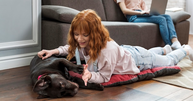 Close-up mulher acariciando cachorro no chão