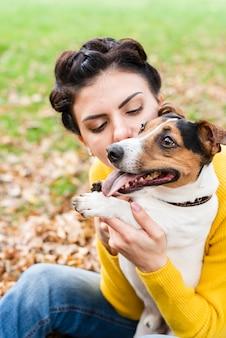 Close-up mulher apaixonada por seu animal de estimação