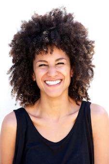 Close-up mulher atraente rindo de fundo branco