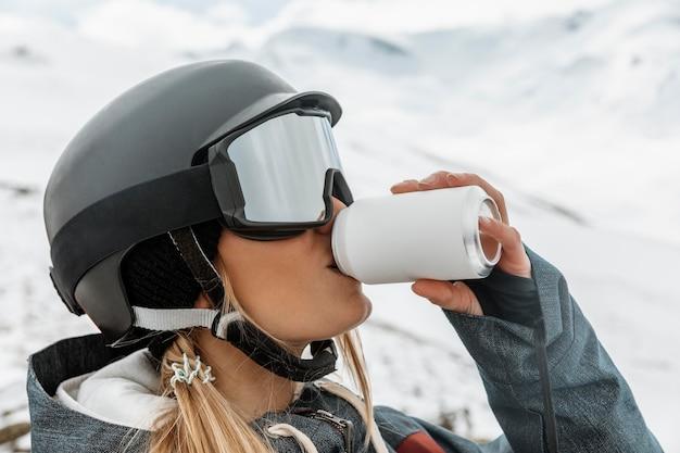 Close-up mulher bebendo refrigerante