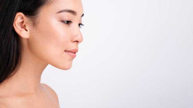 Close-up mulher bonita com cópia-espaço
