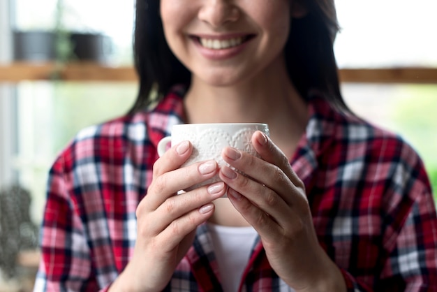 Close-up, mulher bonita, desfrutando, xícara chá