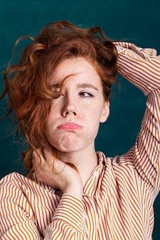 Close-up mulher bonita posando com o cabelo dela