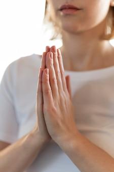 Close-up mulher calma meditando