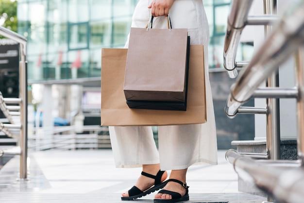 Close-up, mulher, carregar, bolsas para compras