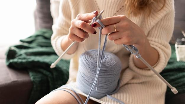 Close-up mulher casada fazendo crochê