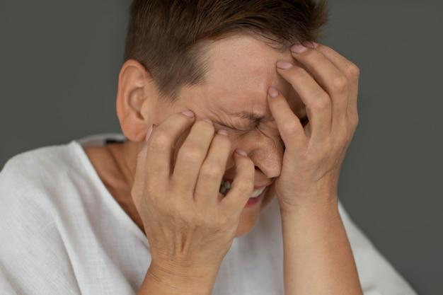 Close-up mulher chorando