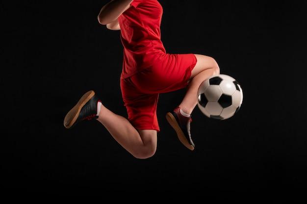 Close-up mulher chutando bola com o joelho