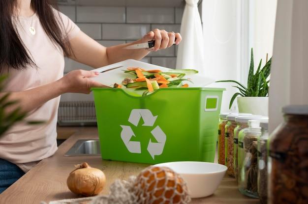 Close-up mulher colocando comida no lixo