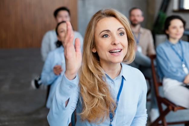 Close-up mulher com a mão levantada