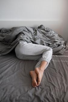 Close up mulher com ansiedade sob o cobertor