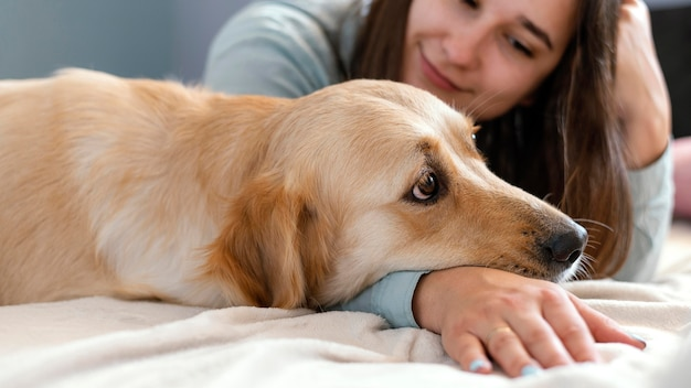 Close-up mulher com cachorro fofo