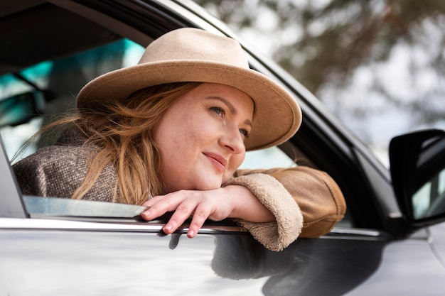 Close-up mulher com carro
