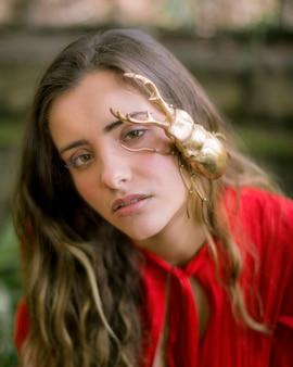 Close-up, mulher, com, dourado, besouro veado