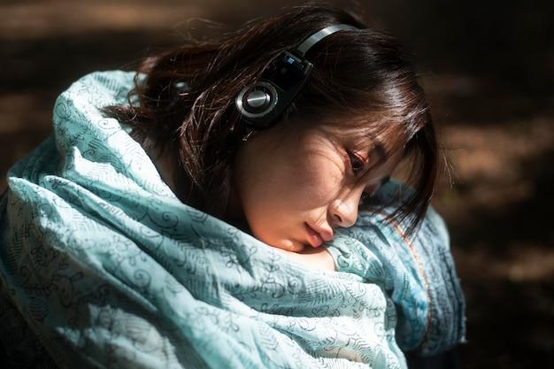 Close-up mulher com fones de ouvido