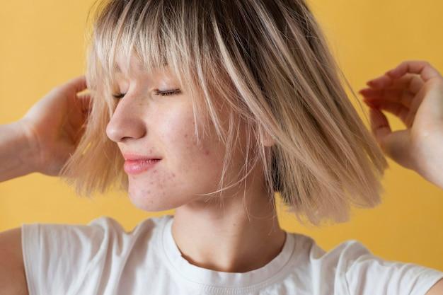 Close-up mulher com fundo amarelo