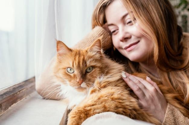 Close-up mulher com gato fofo