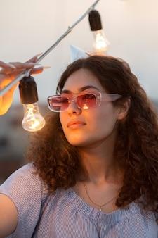 Close-up mulher com lâmpadas