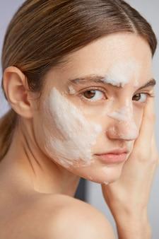 Close-up mulher com máscara facial