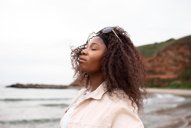 Close-up mulher com óculos de sol ao ar livre