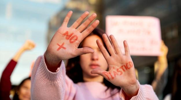 Close-up mulher com palavras nas palmas das mãos