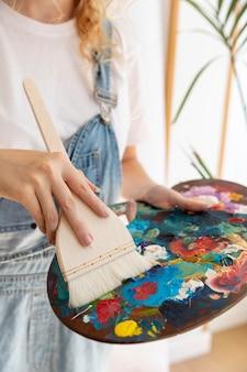 Close-up, mulher, com, paleta pintura, e, escova