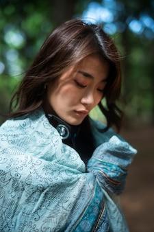 Close-up mulher com pedaço de pano