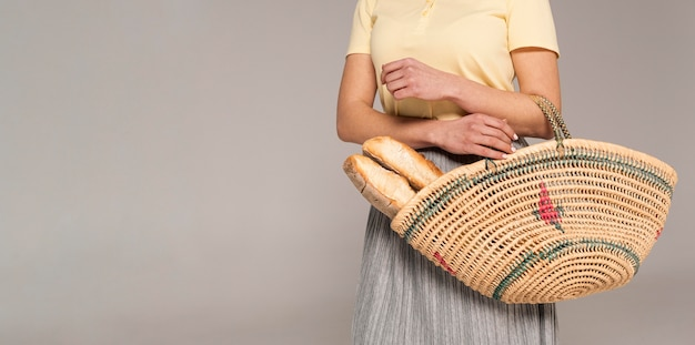 Close up mulher com saco reutilizável com pão