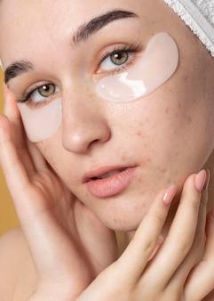 Close-up mulher com tapa-olhos