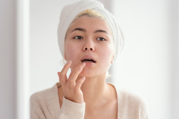 Close-up mulher com tratamento de lábios