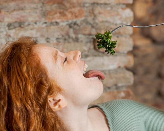 Close-up mulher comendo vegetais