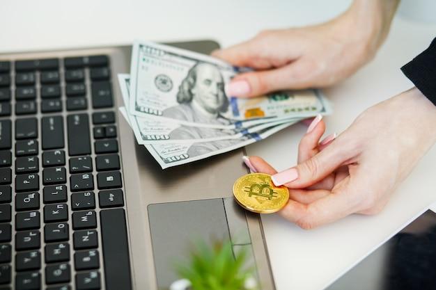 Close-up, mulher, comprando, online, com, cryptocurrency, conceito, mulher segura, dourado, crypto, moeda