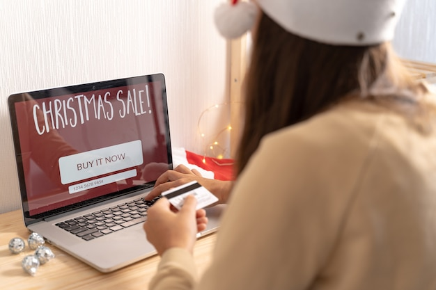 Close-up mulher comprando online
