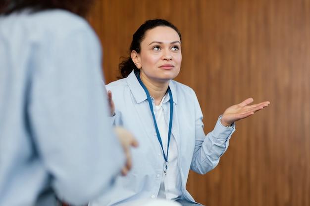 Close-up mulher confusa em terapia