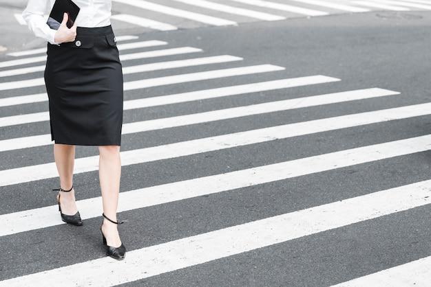 Close-up, mulher, cruzando rua