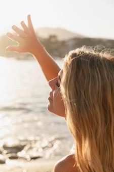 Close-up, mulher curtindo a beira-mar
