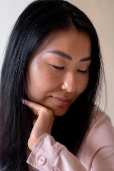 Close-up mulher de meia-idade posando
