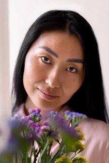 Close-up mulher de meia-idade segurando flores