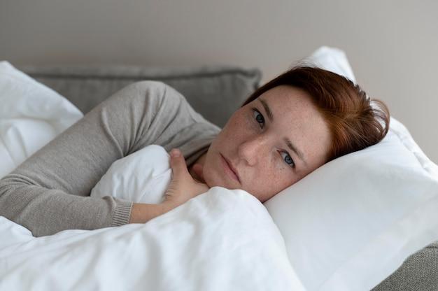 Close-up mulher deitada no sofá