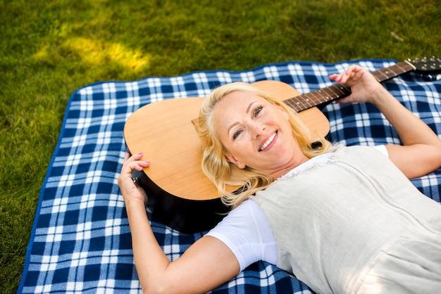 Close-up mulher deitada sobre um cobertor